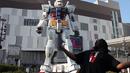 Woolie VS Japan Gundam Statue.png