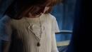 Kara Zor-El viendo el collar que le dio su madre.png