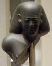 Apries-FragmentaryStatueHead02 MetropolitanMuseum.png