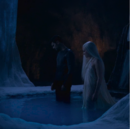 David place Sélène dans l'eau avec Lena 3.png